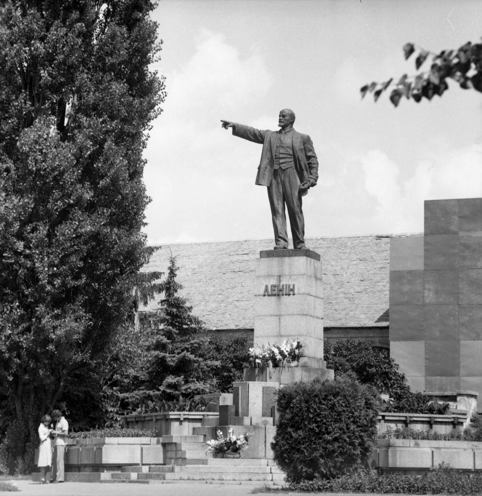 Влюбленные на свидании у памятника Ленину в городе Белая Церковь, Украинская ССР, 1983 год
