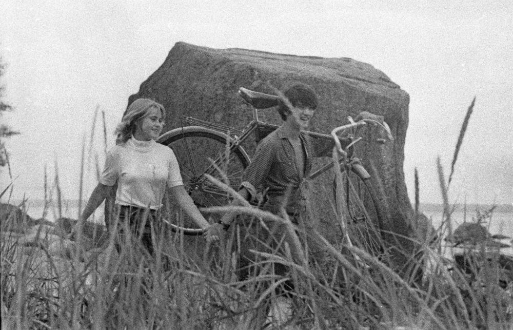 Молодые люди во время прогулки, 1972 год