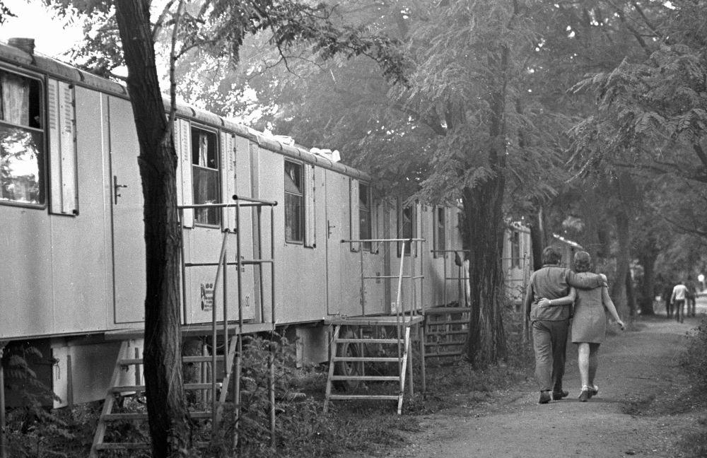 Молодая пара идет поселку стрителей газопровода Оренбург, 1976 год
