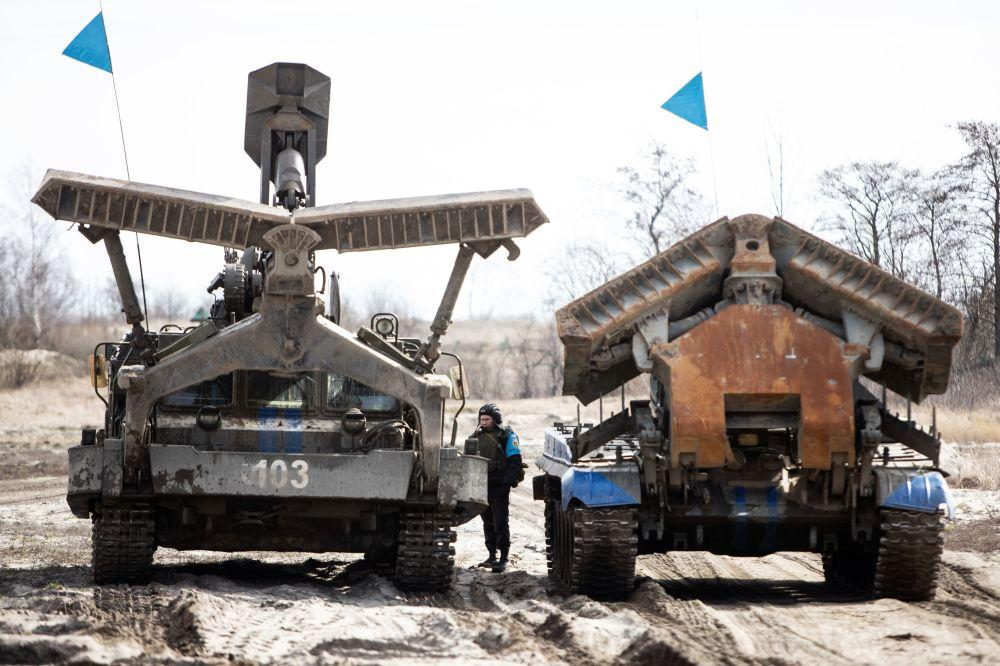 BAT-2 - wojskowy wóz zabezpieczenia technicznego podczas ćwiczeń taktycznych wojsk inżynieryjnych Floty Bałtyckiej