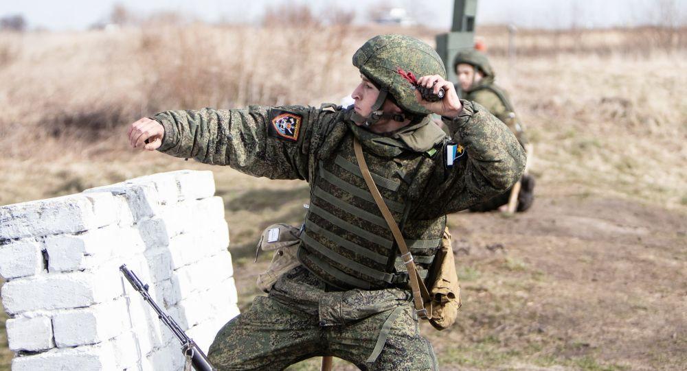 Żołnierz wojsk inżynieryjnych Floty Bałtyckiej w obwodzie kaliningradzkim