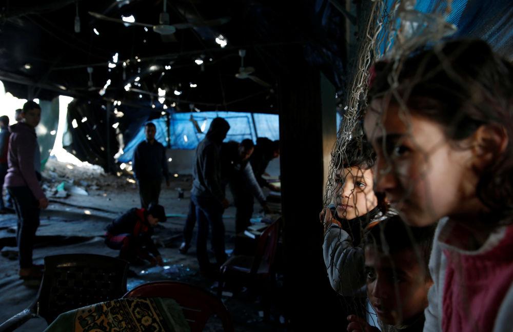 Palestyńskie dzieci oglądają zniszczenia po izraelskim ataku na Strefę Gazy