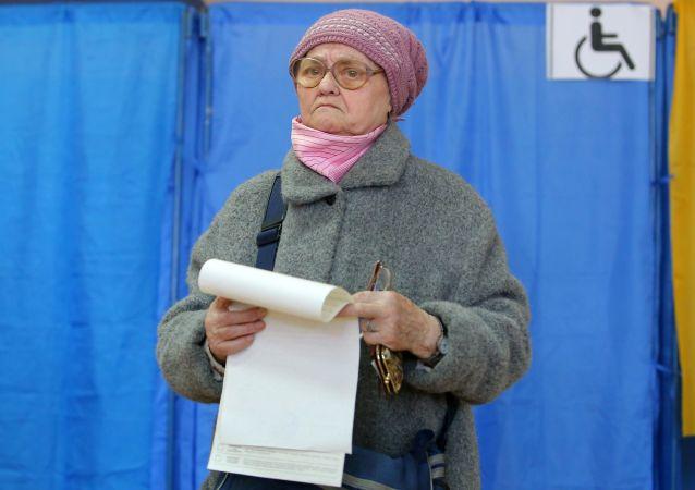Mieszkanka Kijowa podczas głosowania na prezydenta Ukrainy w jednym z lokalów wyborczych