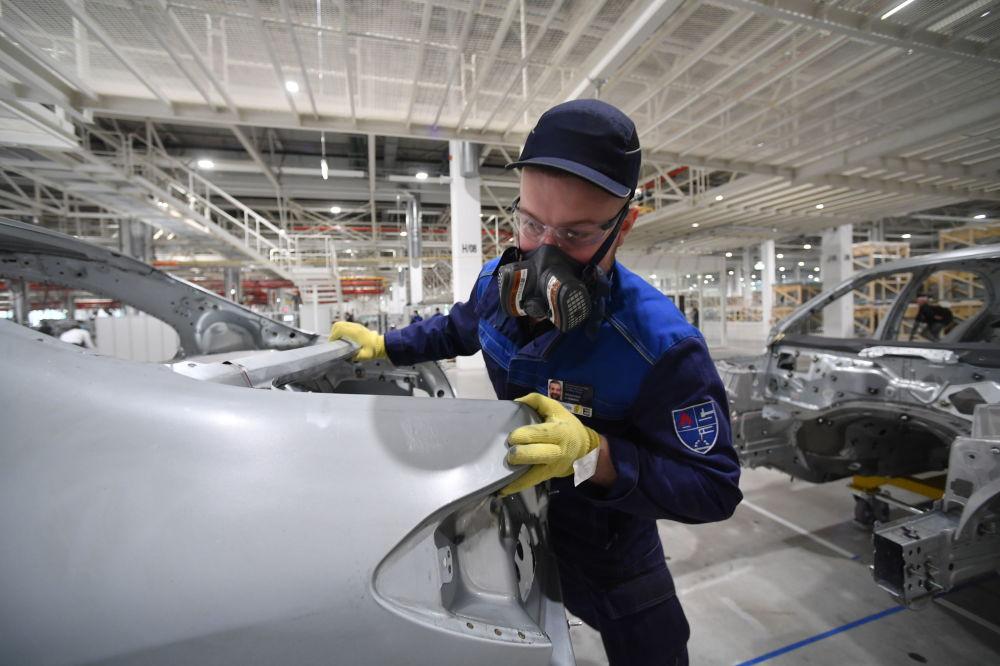 Pracownik w hali fabryki Mercedes-Benz, która została otwarta w obwodzie moskiewskim