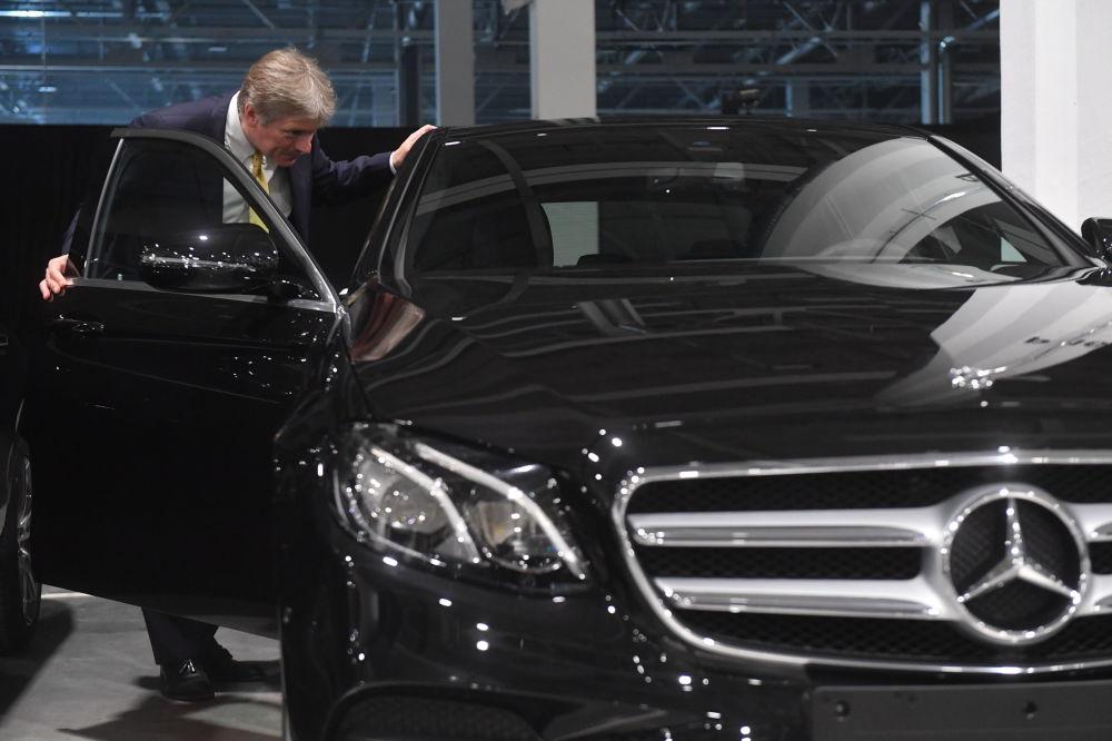 Dmitrij Pieskow przybył wraz z prezydentem Rosji Władimirem Putinem na uroczyste otwarcie fabryki Mercedes-Benz, która została otwarta w obwodzie moskiewskim