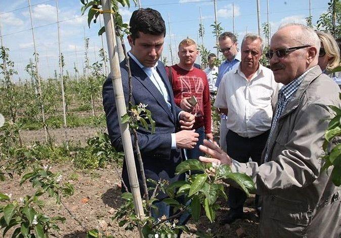 Gubernator obwodu kaliningradzkiego Anton Alichanow i polski ogrodnik Zygmunt Wajdlejt (po prawej)