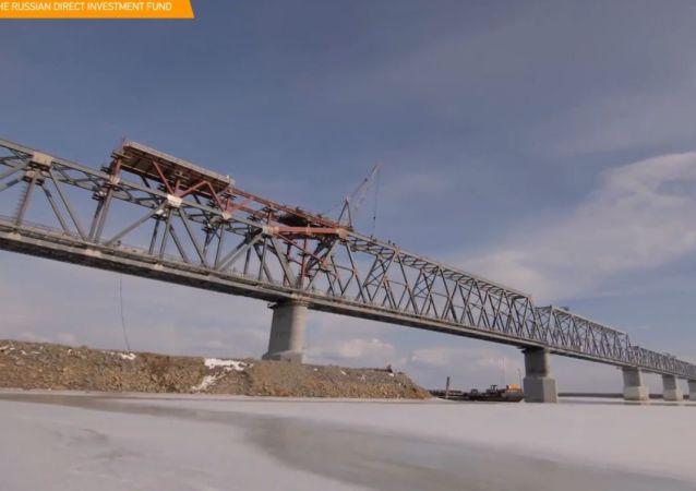 Budowniczy połączyli rosyjską i chińską część mostu przez rzekę Amur