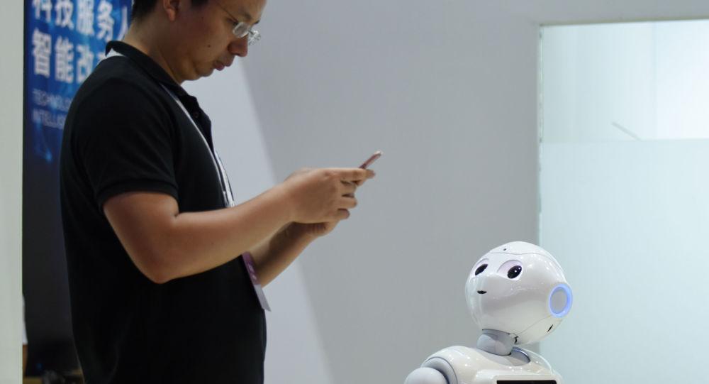 Robot patrzy na człowieka