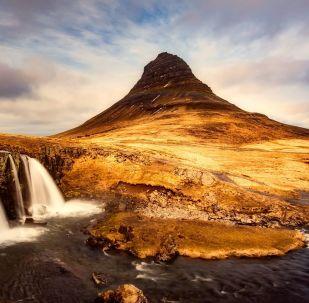 Widok na górę Kirkjufell na zachodnim wybrzeżu Islandii