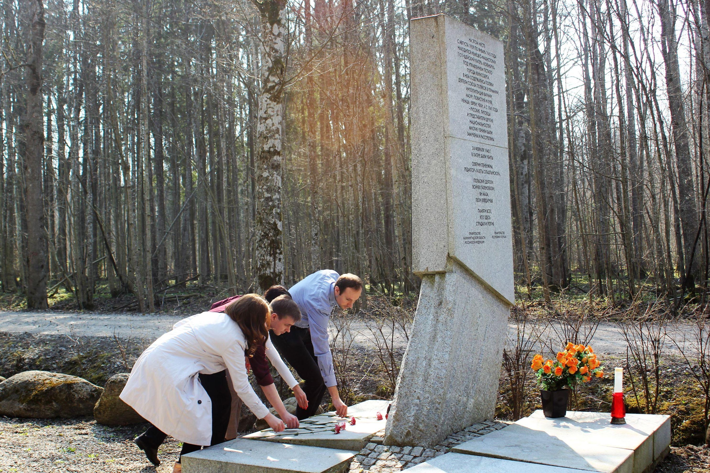 Dziennikarze z Warszawy złożyli kwiaty pod pomnikiem ofiar niemieckiej agresji. Kaliningrad