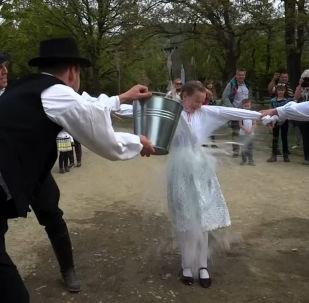 Po co Węgrzy polewają dziewczyn wodą?