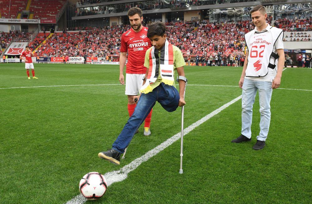 Kasim Alkadim z Iraku przed rozpoczęciem meczu piłki nożnej w Moskwie