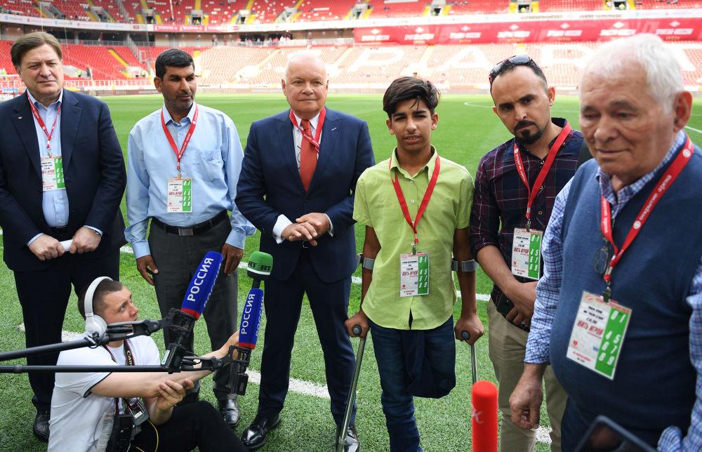 Kasim Alkadim na moskiewskim stadionie przed rozpoczęciem meczu