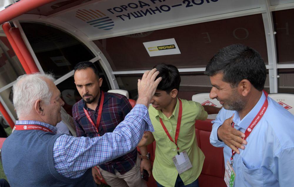 Kasim Alkadim z ojcem i lekarzem przed rozpoczęciem meczu piłki nożnej w Moskwie
