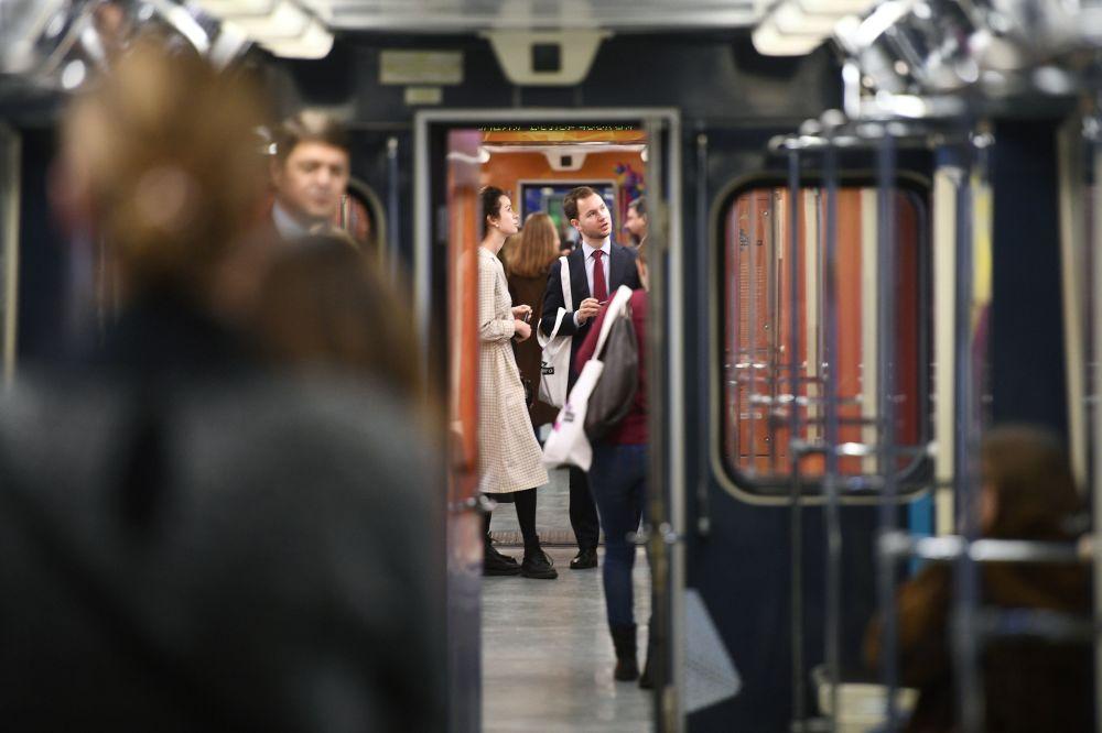 Pasażerowie w wagonie nowego tematycznego pociągu Nauka przyszłości, 2017 rok