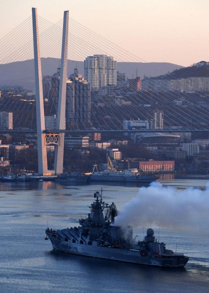 """Krążownik rakietowy """"Varyag"""" w Zatoce Złotego Rogu we Władywostoku, 2019 rok"""