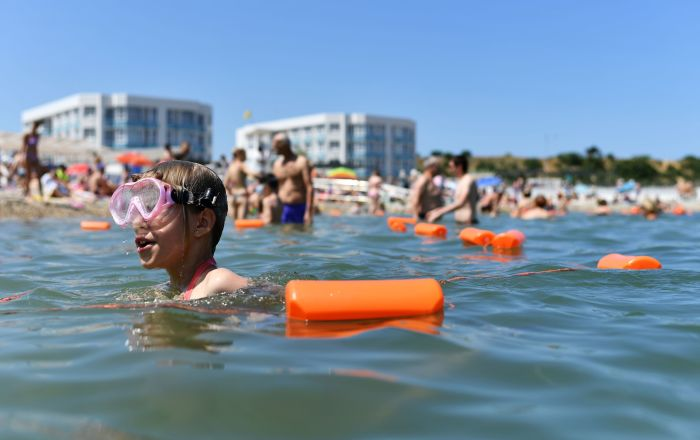Wczasowicze kąpią się w Morzu Czarnym w Sewastopolu na Krymie