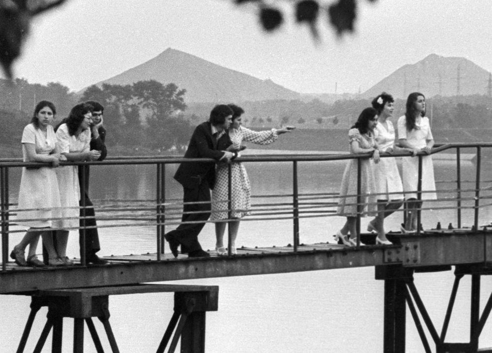 Absolwenci czekają na wschód słońca przy rzece Don w Doniecku, 1976 rok