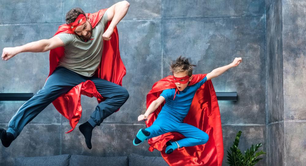 Ojciec z synem w kostiumach superbohaterów