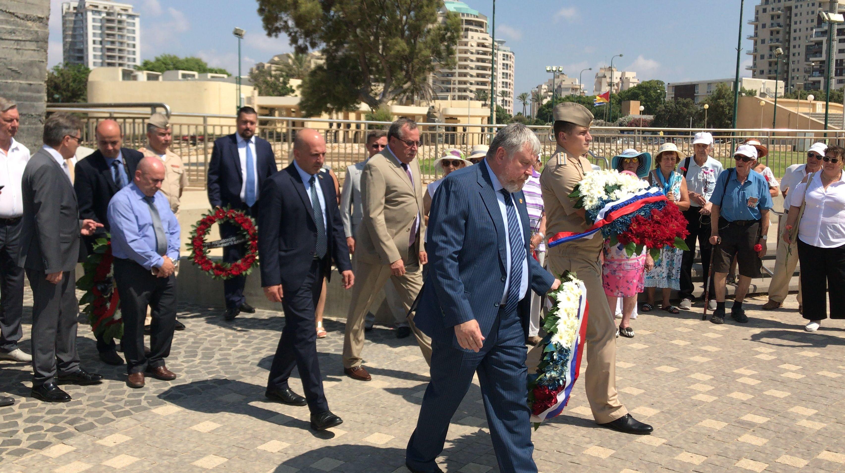 """Uczestnicy forum """"Przestrzeń Pamięci"""" złożyli wieńce pod pomnikiem """"Skrzydła"""", aby upamiętnić Zwycięstwo Armii Czerwonej nad nazistowskimi Niemcami w miejscowości Netanja."""