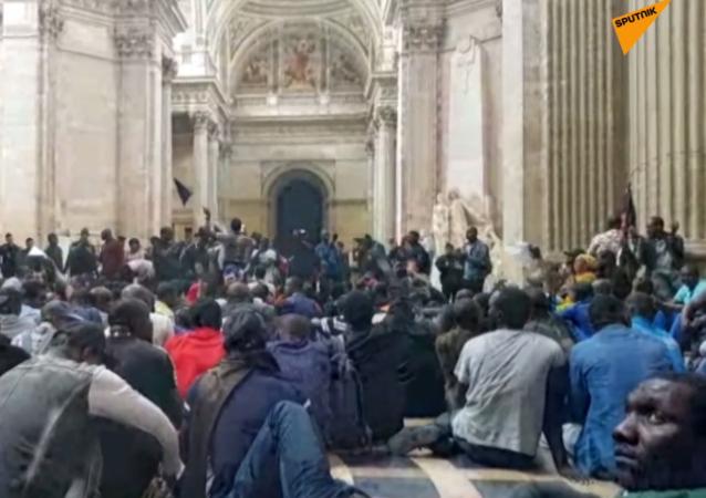 """""""Czarne kamizelki"""" włamały się do paryskiego Panteonu"""