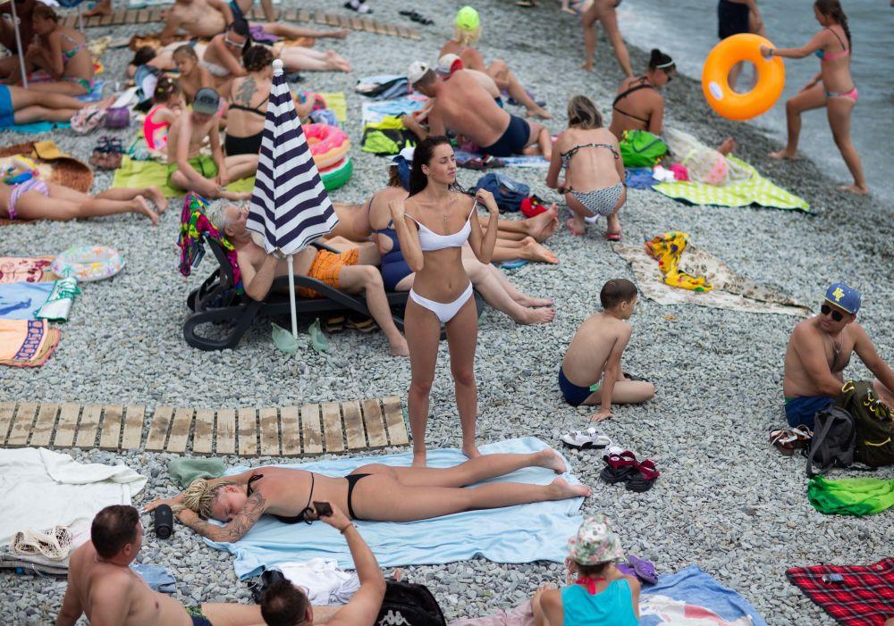 Wczasowicze na plaży w Jałcie