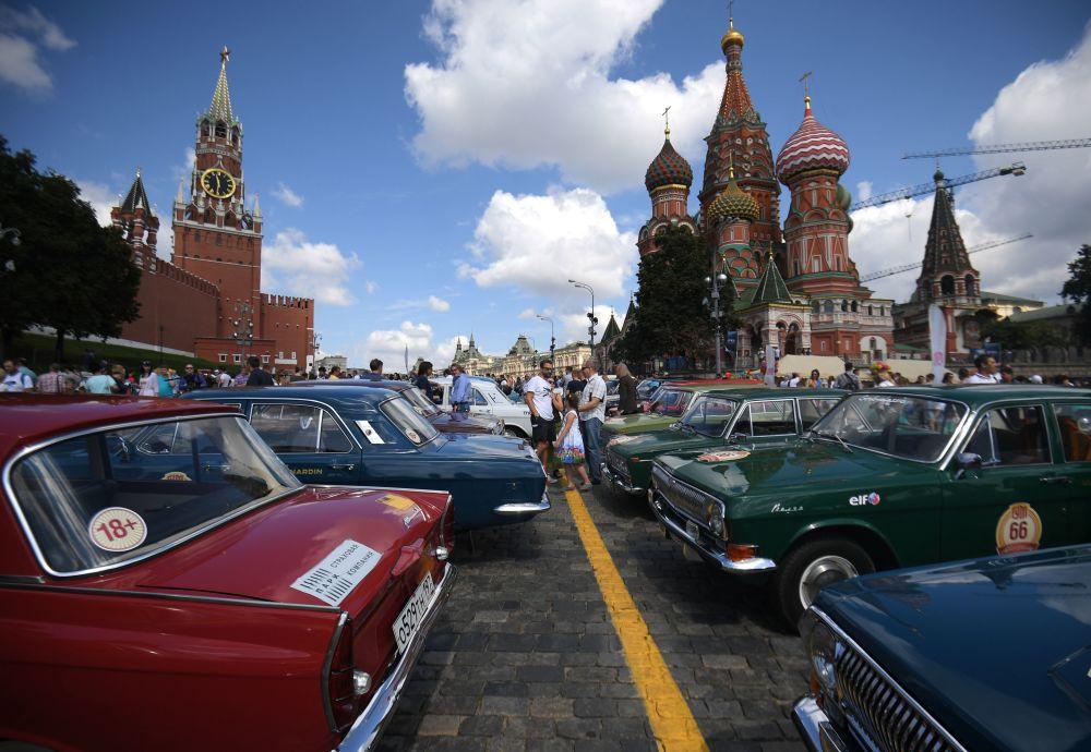 Uczestnicy corocznego wyścigu pojazdów zabytkowych GUM-rajd w Moskwie