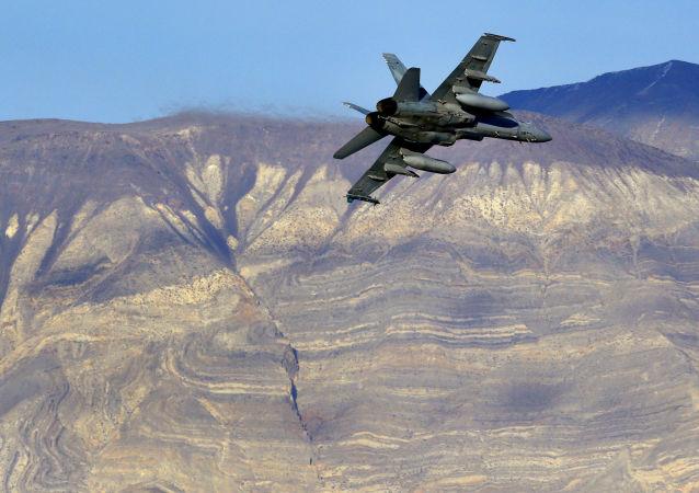 Amerykański myśliwiec F/A-18D w Dolinie Śmierci w Kaliforni