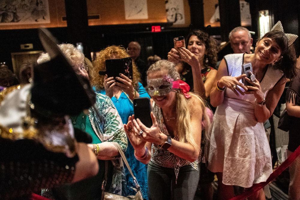 Uczestnicy kociego pokazu mody Algonquin Hotel's Annual Cat Fashion Show w Nowym Jorku