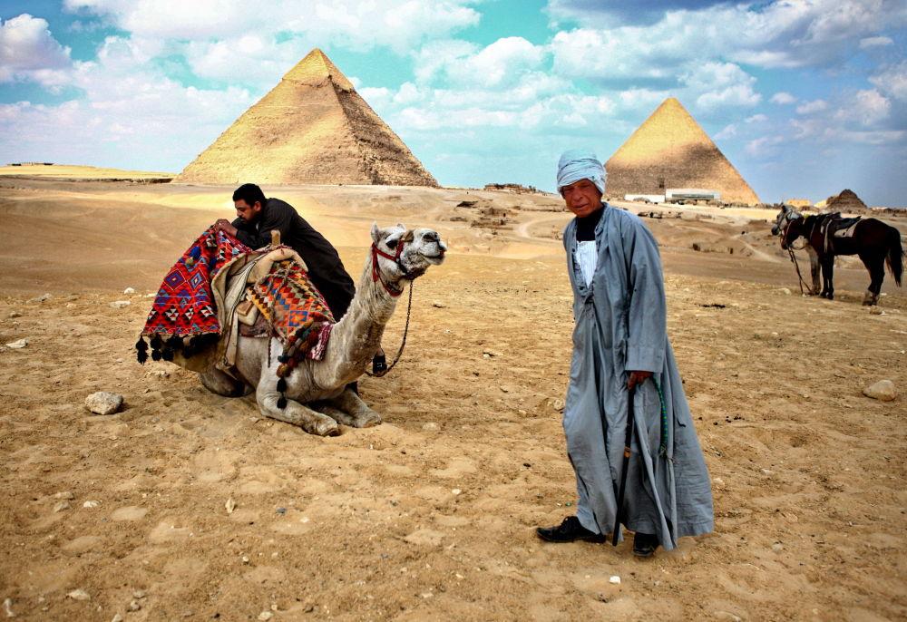 Egipcjanie przy piramidach w Gizie