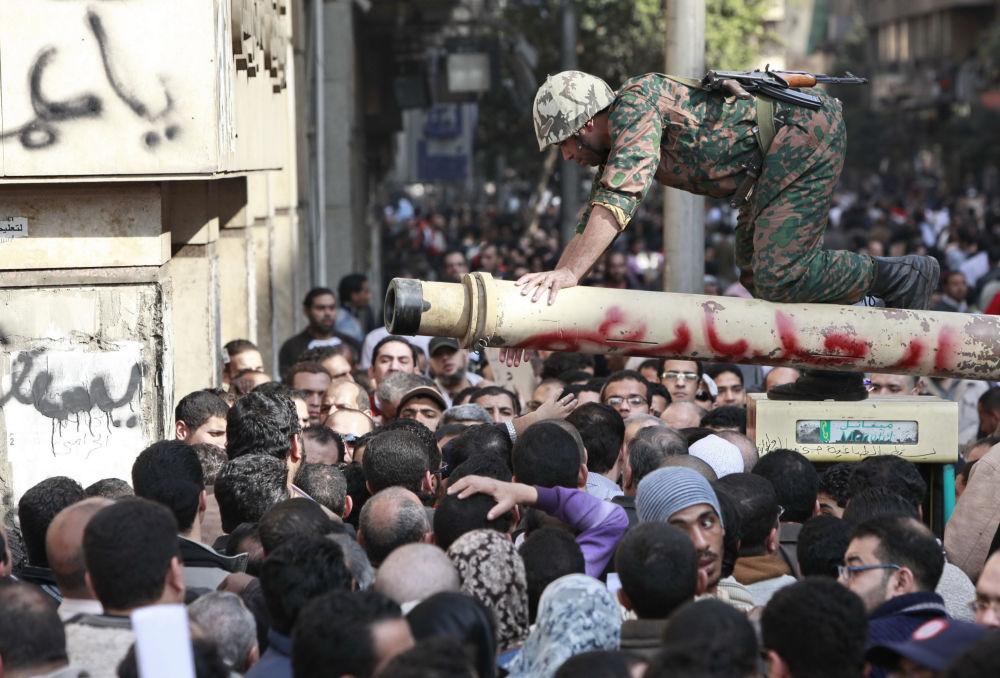 Żołnierz rozmawia z demonstrantami na centralnym placu w Kairze