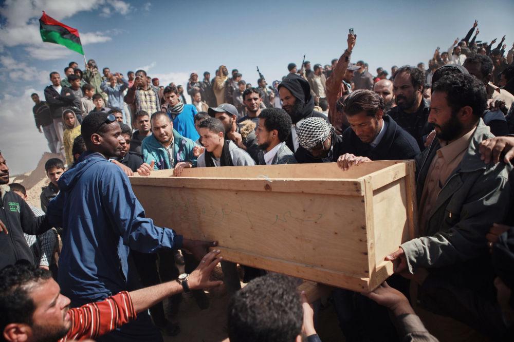 Pogrzeb ofiar ataku najemników Kaddafiego w mieście Adżdabija