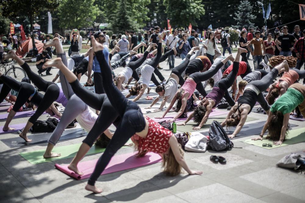 Uczestnicy protestu zajmują się gimnastyką w Stambule