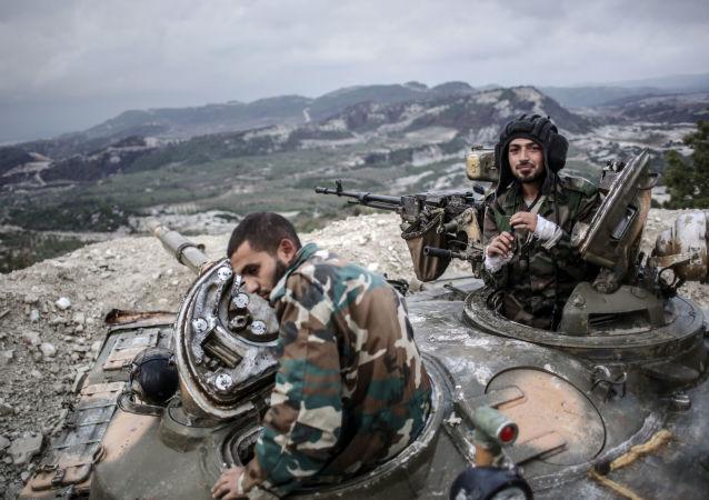 Czołgiści rządowej armii syryjskiej w pobliżu granicy z Turcją