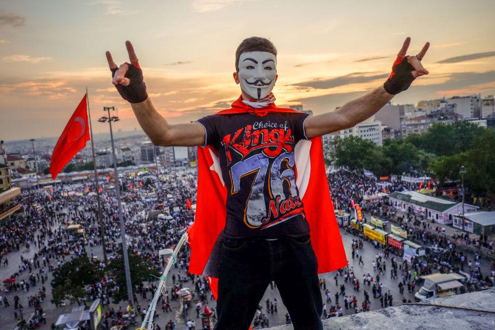 Demonstranci na placu Taksim w Stambule
