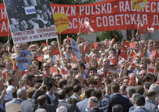 Warszawiacy witają Sekretarza generalnego Michaiła Gorbaczowa podczas oficjalnej wizyty do PRL