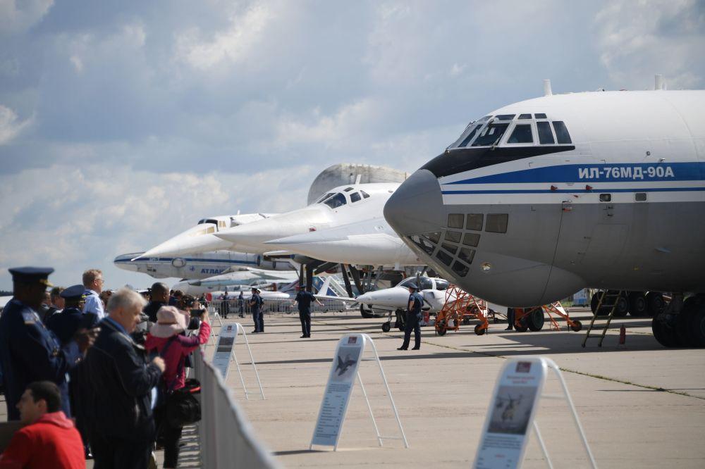 4-silnikowy odrzutowy radziecki samolot transportowy Iljuszyn Ił-76 na Międzynarodowym Salonie Lotniczym i Kosmicznym MAKS 2019