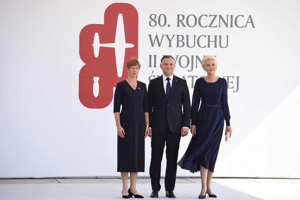 Prezydent Estonii Kersti Kaljulaid i Andrzej Duda z małżonką na uroczystości z okazji 80. rocznicy wybuchu II wojny światowej w Warszawie