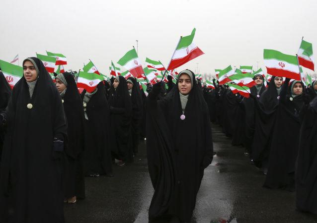 Irańskie uczennice podczas uroczystości z okazji 40. rocznicy Islamskiej Rewolucji