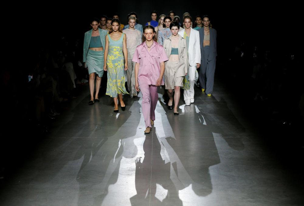 Modelki prezentują kolekcję projektantki Aliony Bettyar podczas Ukraińskiego Tygodnia Mody w Kijowie
