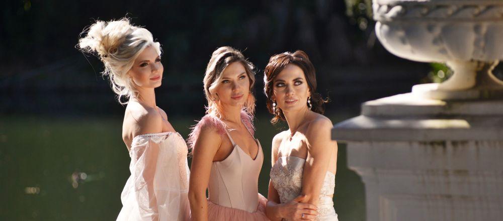 Dziewczyny w sukniach balowych w Soczi