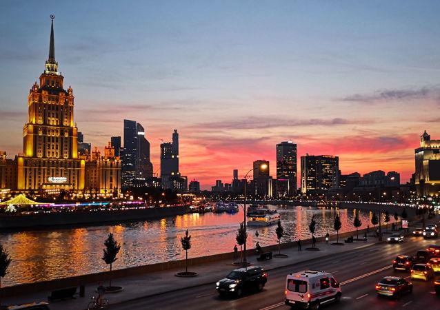 Nabrzeże rzeki Moskwy w ciepły wrześniowy wieczór
