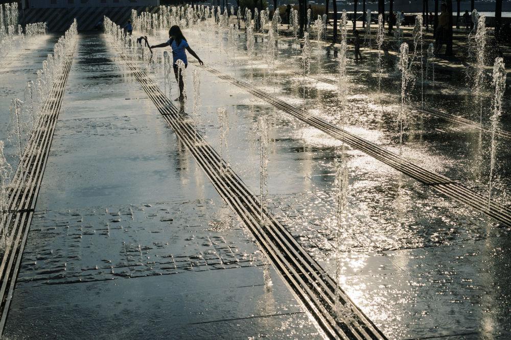 Dziewczyna w basenie w parku Gorkiego w Moskwie