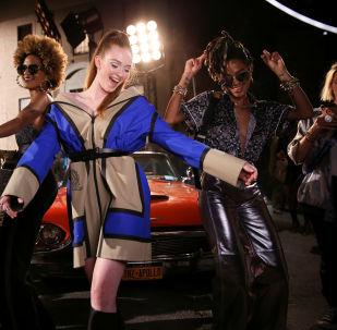 Modelki przed pokazem kolekcji Tommy Hilfiger podczas Tygodnia Mody w Nowym Jorku