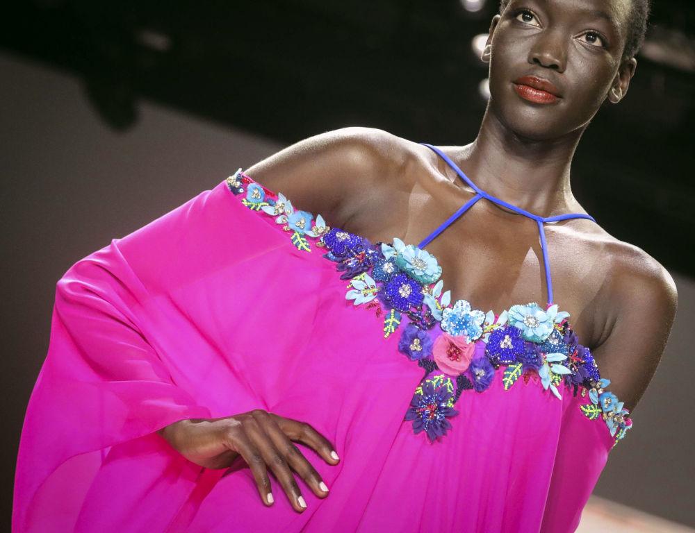 Modelka prezentuje kolekcję  Badgley Mischka podczas Tygodnia Mody w Nowym Jorku
