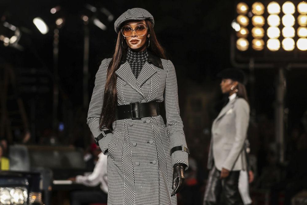 Modelka prezentuje kolekcję Tommy Hilfiger podczas Tygodnia Mody w Nowym Jorku