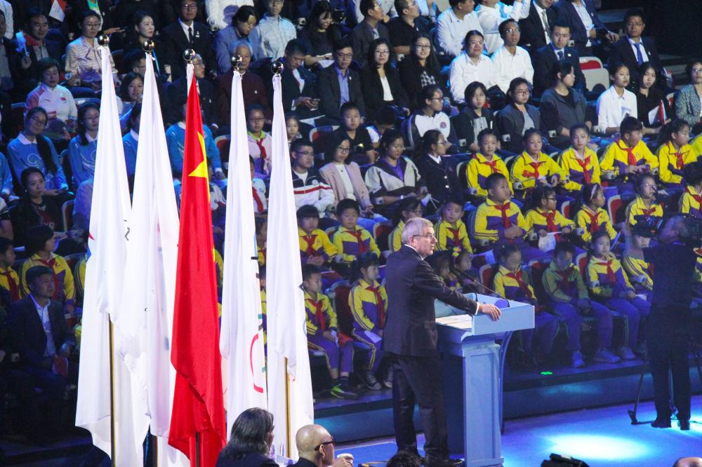 Przewodniczący Międzynarodowego Komitetu Olimpijskiego Thomas Bach podczas prezentacji maskotek igrzysk olimpijskich 2022 w Pekinie