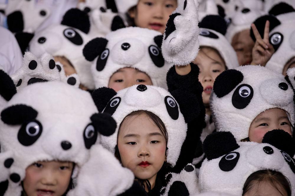 Dzieci w kostiumach podczas oficjalnej prezentacji maskotek igrzysk olimpijskich i paraolimpijskich w Pekinie