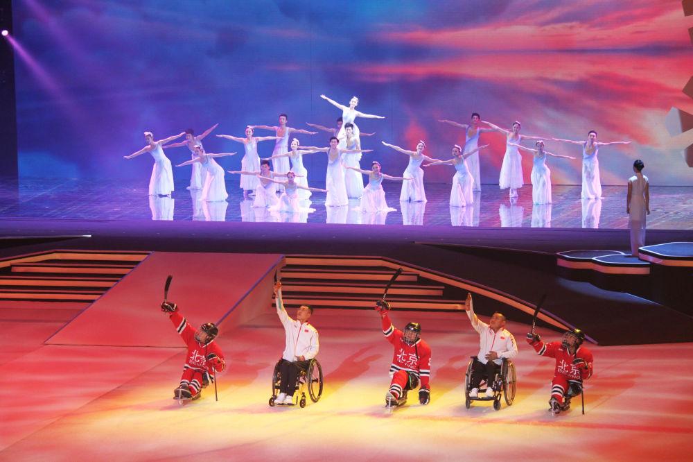 Występ grupy tanecznej podczas prezentacji oficjalnych maskotek igrzysk olimpijskich 2022 i paraolimpijskich w Pekinie