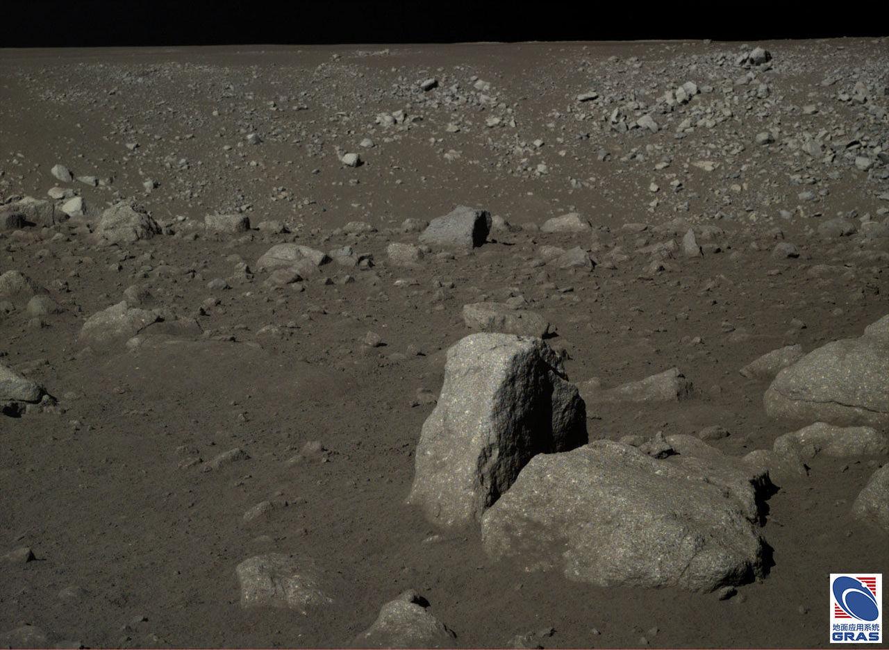 Chiński łazik Yutu-2 podczas eksploracji Księżyca